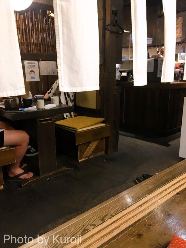 かどやのテーブル席