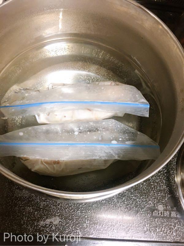 沸騰した鍋にジップロックをいれる