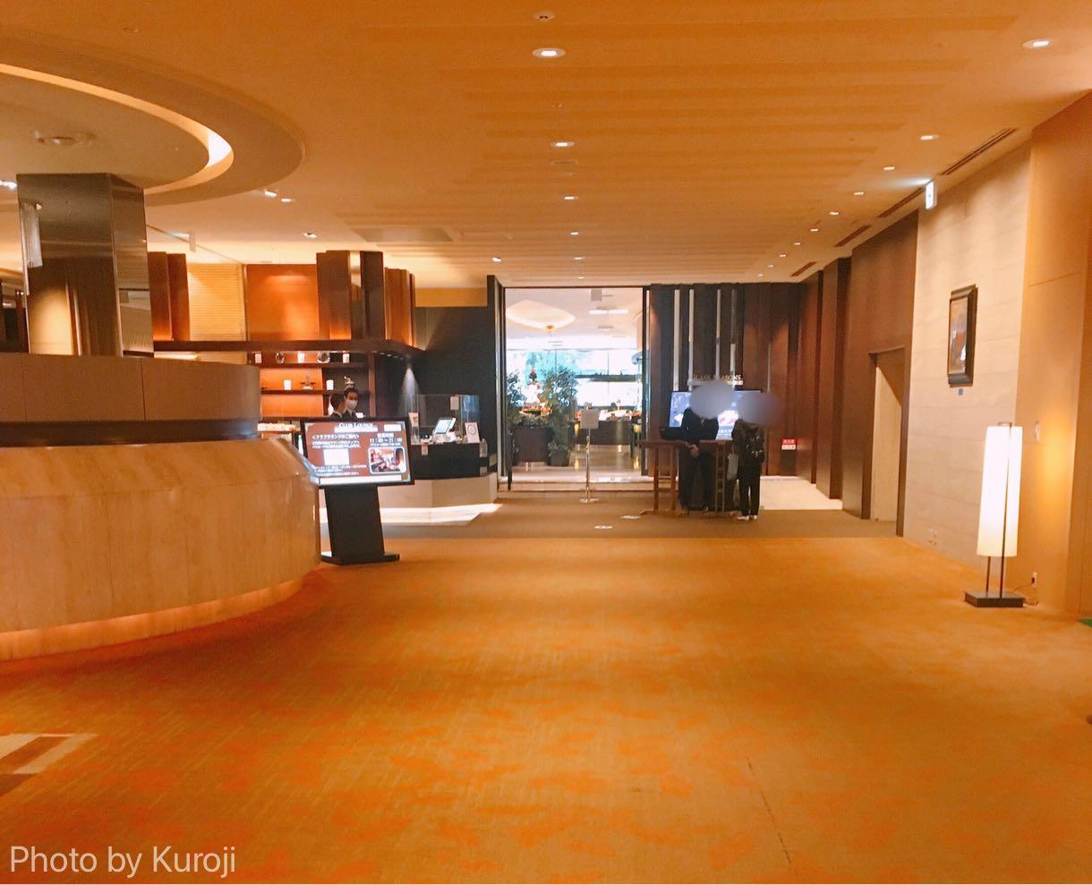 京王プラザホテルのグラスシーズンズ店前